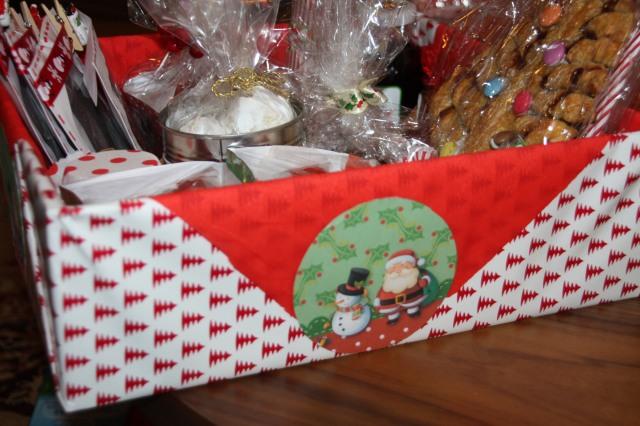 Χριστουγεννιάτικα καλάθια με χειροποίητα δωράκια...